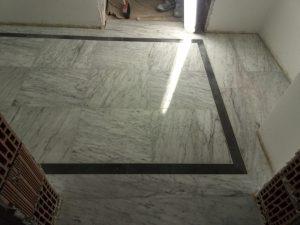 Pavimento in marmo venato con fasce di Bardillio